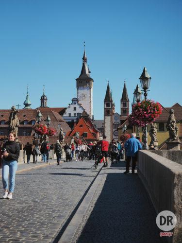Знаменитный мост в Вюрцбурге. По его подобию строили Карлов мост в Праге.